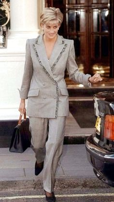 28 MARCH 1997 PRINCESS DIANA LUNCHES WITH RAINE SPENCER HER STEPMOTHER AT THE CONNAUGHT GRILL IN LONDON