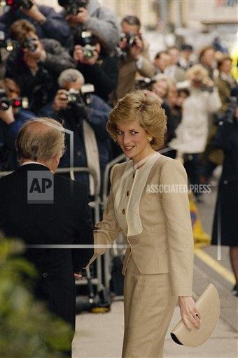 4 APRIL 1989 PRINCESS DIANA ATTENDS THE HELP THE AGED INDUSTRY & COMMERCE LUNCHEON AT CLARIDGES IN LONDON