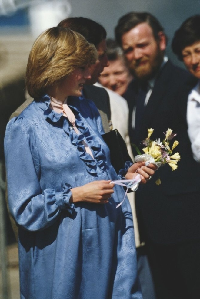 Her maternity dresses are the first ones made by Catherine Walker, this one in blue patterned silk.
