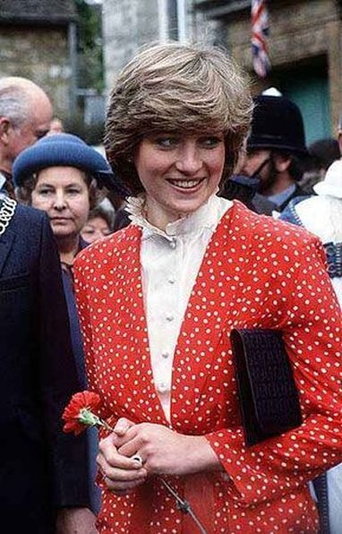 22 MAY 1981 PRINCESS DIANA MEETS THE NEIGHBOURS ON HER FIRST WALKABOUT IN THE COTSWOLDS TOWN OF TETBURY, GLOUCESTERSHIRE
