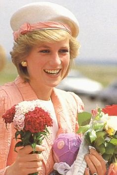 8 JULY 1986 PRINCESS DIANA VISITS WARWICK CASTLE TO OPEN A NEW VICTORIAN ROSEGARDEN